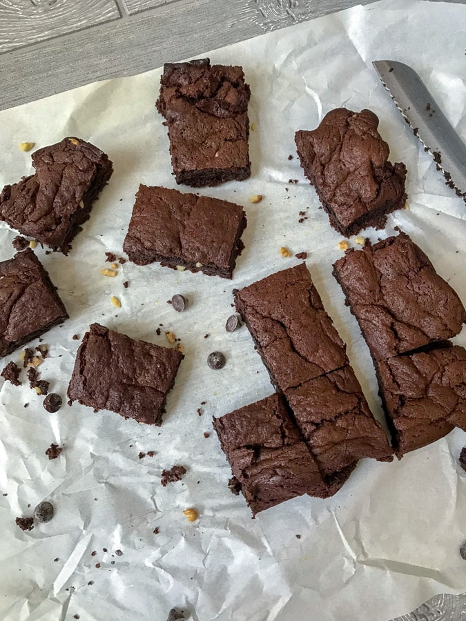 Skinny Double Chocolate Walnut Brownies - crispy on the outside, fudgy on the inside. Just like a brownie should be! These are the ultimate brownies when it comes to being low-calorie, super chocolatey, and easy to make. #brownies #chocolate #desserts #healthy | https://withpeanutbutterontop.com