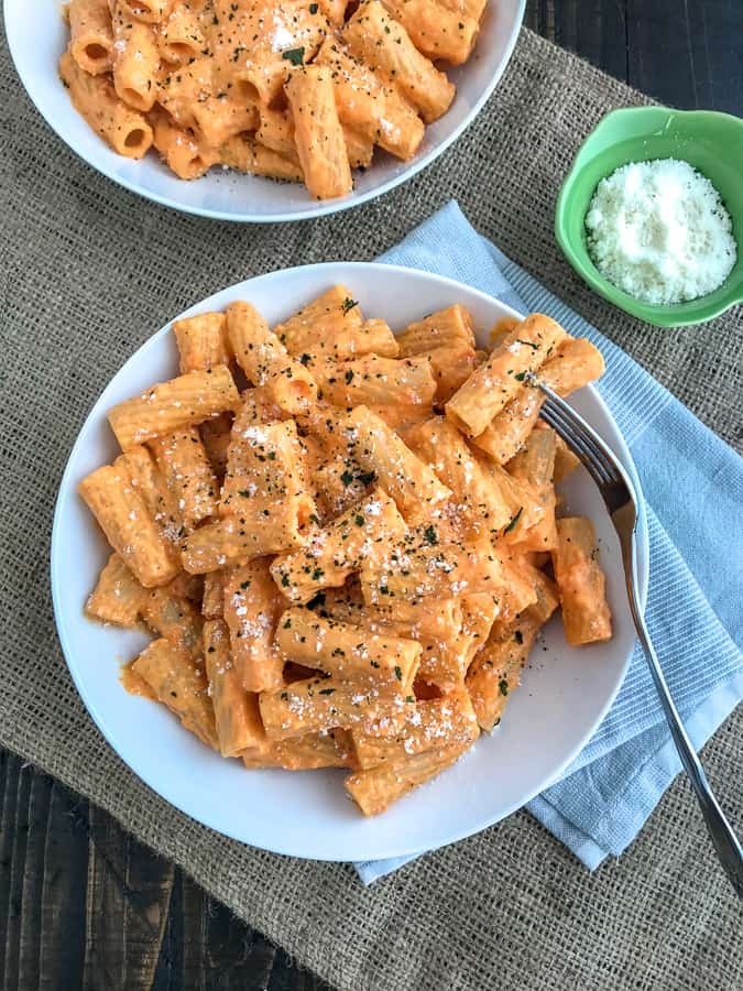 Roasted Red Pepper Rigatoni - an easy-to-make, light and healthy, yet satisfying, dish that comes together with a handful of ingredients in 20 minutes or less! #rigatoni #pasta #roastedredpepper | https://withpeanutbutterontop.com
